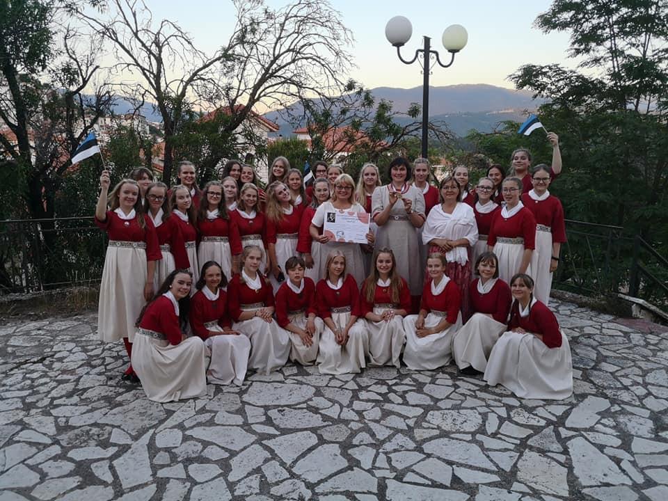 Eesti Raadio laulustuudio tütarlastekoor koos dirigentidega.