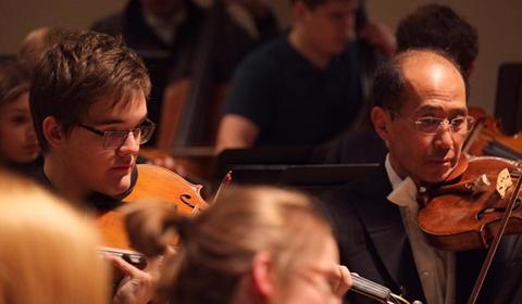 TMKK õpilane Oliver Vilu koos Concertgebouw mängijatega.