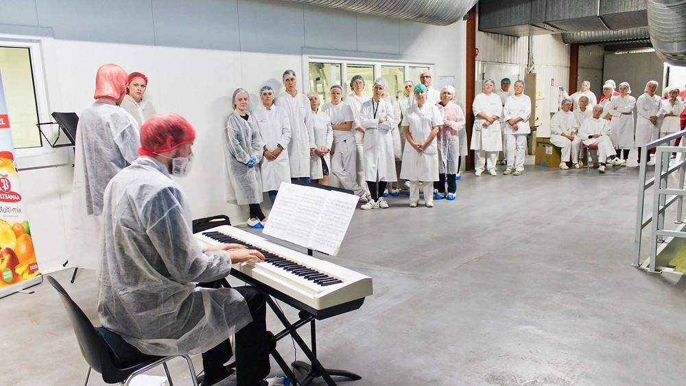 Karis Trass, Jakob Teppo ja Ann Meeta Teppo Põltsamaal Orkla tehases. FOTO RAIVO LAANES