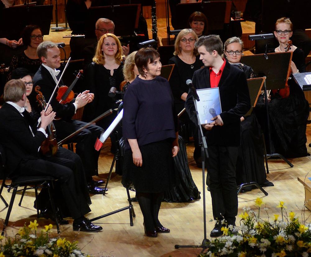 Klassikatäht Tanel-Eiko Novikovile üle andmas Klassikaraadio auhinda. FOTO ÜLO JOSING