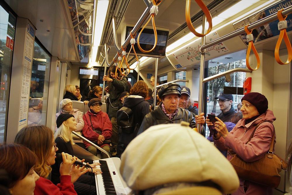 Jennifer Marisse Cohen ja Luisa Lõhmus musitseerimas trammis.