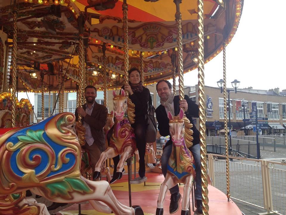 Märt-Matis Lill kolleegide Helena  Tulve ja Tõnu Kõrvitsaga lõbusõidul Cardiffis mais 2015, kus nende looming oli Vale og Glamorgani festivali kavas. FOTO ERAKOGUST.