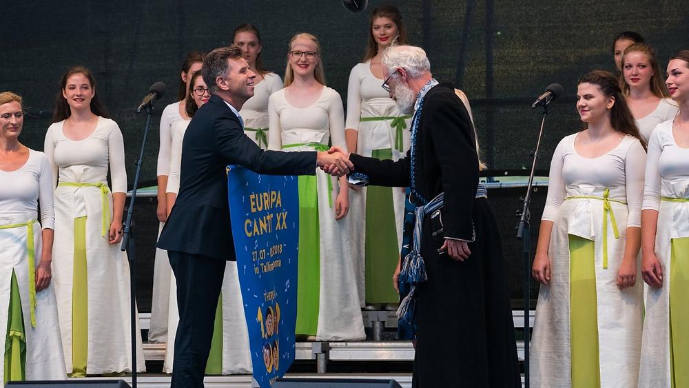 """Eesti Kooriühingu esimees Raul Talmar annab """"Europa Cantat"""" teatepulga üle Sloveeniale. FOTO VAHUR LÕHMUS"""