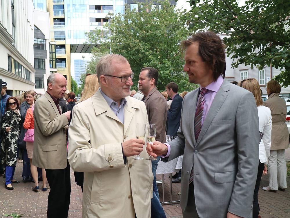 Rektor Peep Lassmann (vasakul) ja kultuuriminister Indrek Saar otsuse tegemise päeval koos muusikutega EMTA õuel. FOTO EMTA