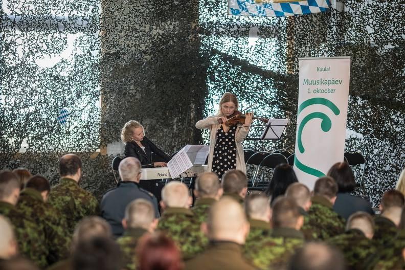 Katariina Maria Kits ja Auli Lonks Ämari õhuväe lennubaasis. FOTO SIIM VERNER TEDER