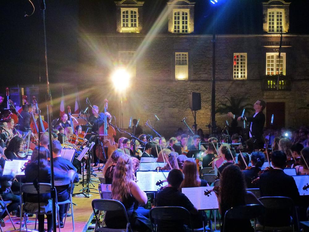 Otsa kooli sümfooniaorkester esinemas Pariisis. Dirigent Kaspar Mänd
