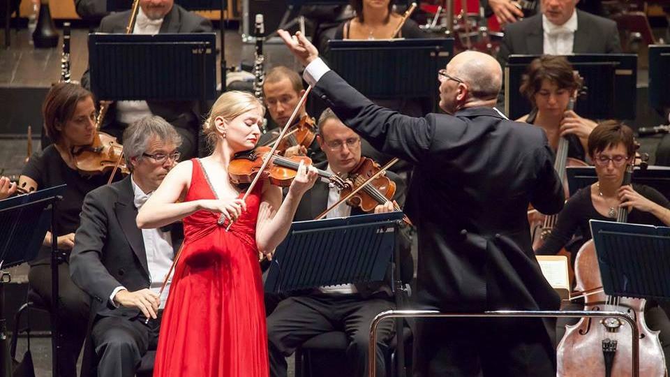 Bolzanos 2015. aastal, kõlab Sibeliuse viiulikontsert Arvo Volmeri juhatusel koos Bolzano Haydni orkestriga. Punase kleidiga