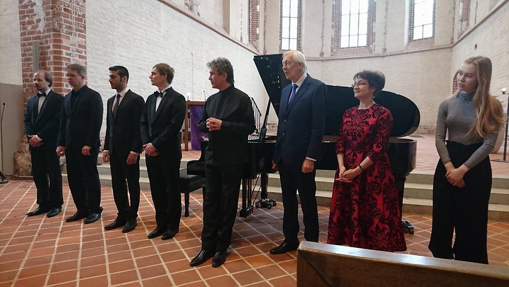 Uue klaveri üleandmisel esinenud muusikud. FOTO TARTU JAANI KIRIK