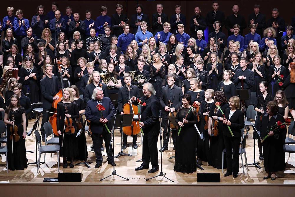 TMKK kammerkoor, sümfooniaorkester, dirigent Tõnu Kaljuste ja helilooja René Eespere pärast juubelikontserdi lõpuakordi ovatsioonide embuses.FOTO MEELI JÕGISTE/TMKK.