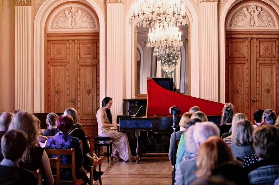 Nadja Lesaulnier esinemas Teaduste Akadeemia kaunis saalis.