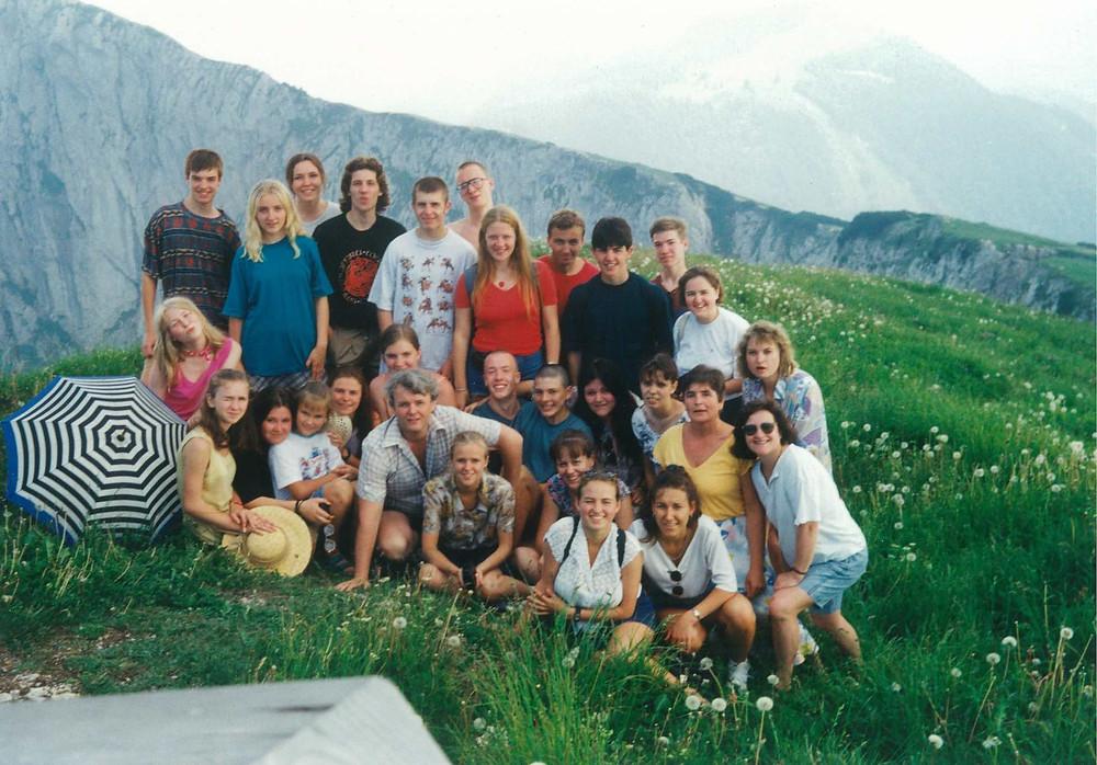 Rõõmutsev koorirahvas pärast konkurssi, 1995 Austria Alpides.