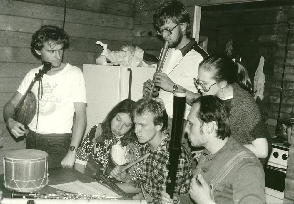 Noored vanamuusikud Robert ja Maria Staak, Taavi-Mats Utt, Peeter Sarapuu, Reet Sukk ja Aare Nõmm 1980ndatel suvelaagris Vormsil.