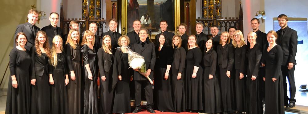 Voces Musicales ja dirigent Peter Phillips pärast kontserti Tallinna Jaani kirikus. FOTO ANDREAS VÄLJAMÄE