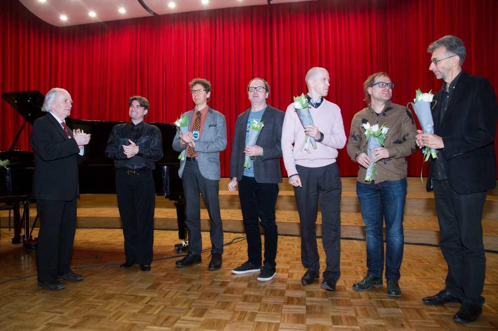 Jaan Rääts, pianist Nicolas Horwàth (vasakult teine) pärast kontserti Räätsa ja tema õpilaste loomingust.