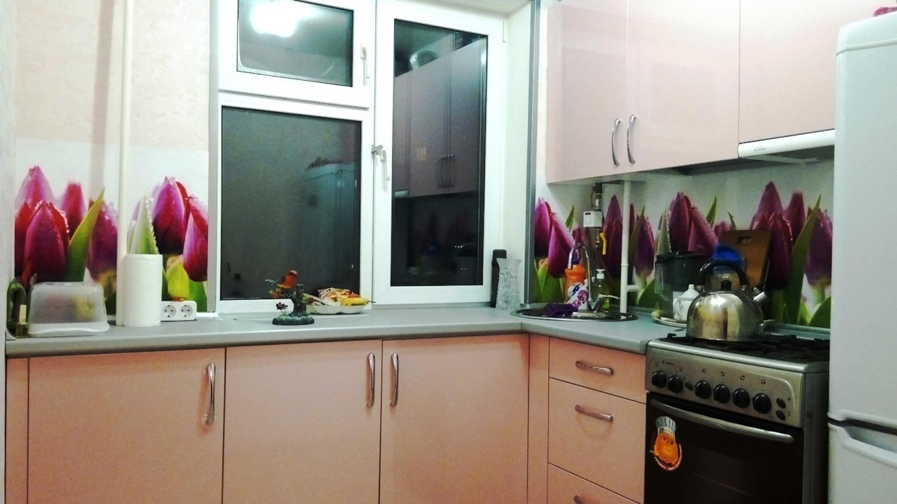Кухня перед окном