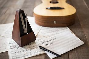 シートミュージックとギターとメトロノーム