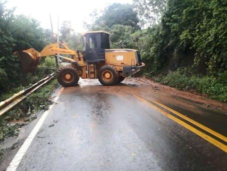 Deslizamento de terra causa o bloqueio estrada de acesso para serra de São Pedro, em São Paulo.