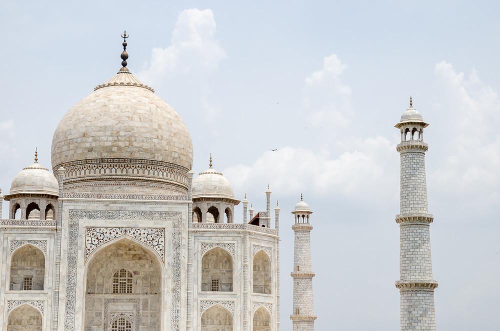 birds flying over taj mahal palace in agra india