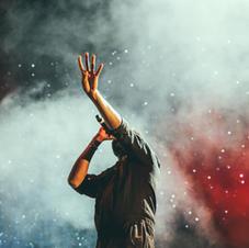 Artista tocando en escenario