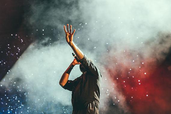 Artista actuando en el escenario