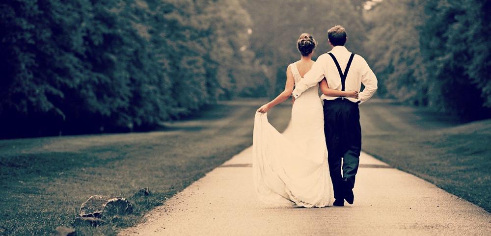 casal casado abraçado