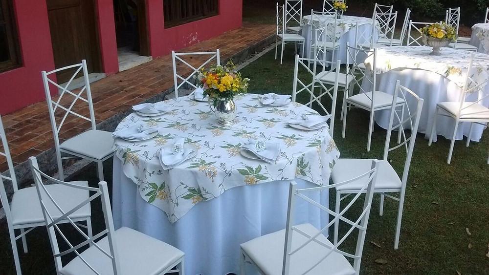 mesas e cadeiras com arranjos de mesa