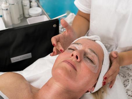 Wenn die Augenpartie müde wirkt & erste Mimikfalten zu sehen sind, hilft eine Tuchmaske!