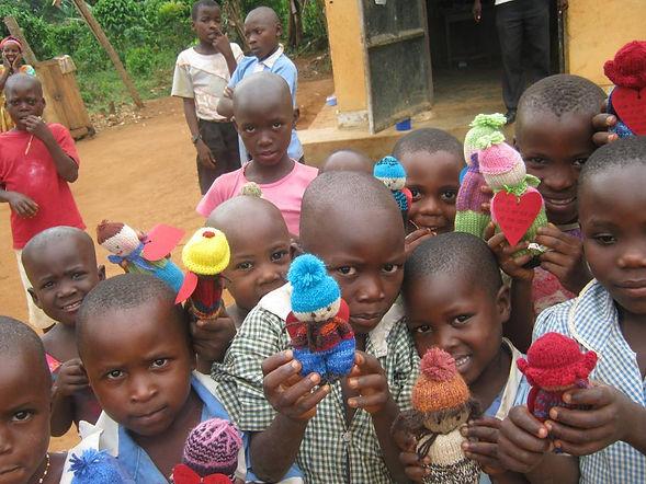 Dukkeutdeling på Senter 2 utenfor Kampala