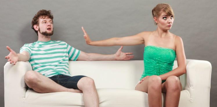 Image d'une femme se disputant avec un homme, sur un canapé