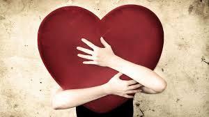 Illustration d'une personne cachée par un gros cœur rouge qu'elle tient dans ses bras
