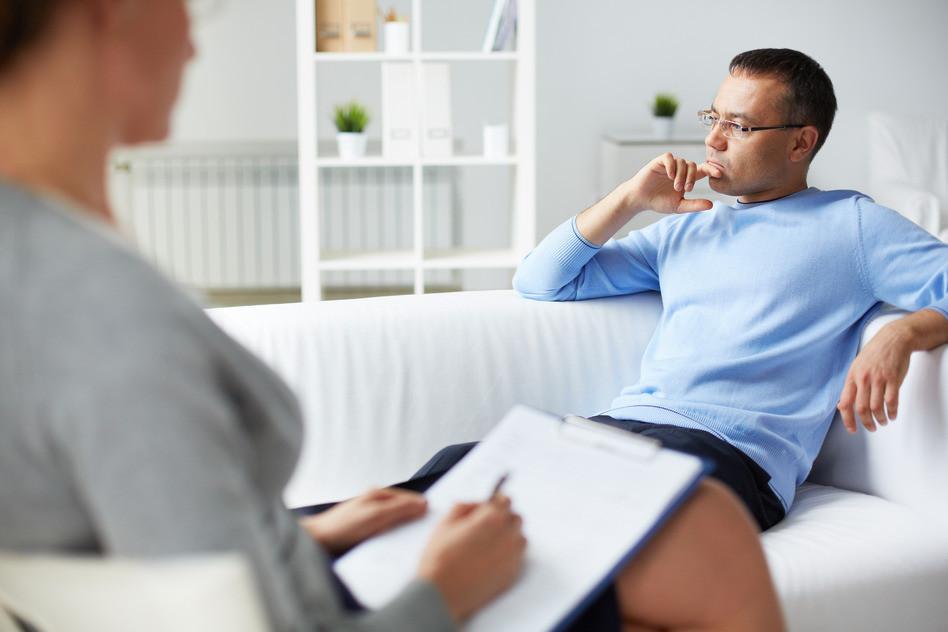 Homme en consultation avec une psychopraticienne