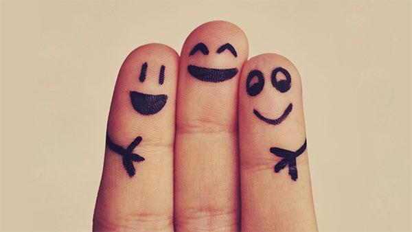 Photos de trois doigts de la main maquillés en personnages amis et souriants