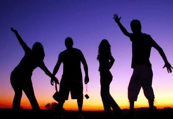 Silhouettes d'un groupe de quatre personnes sur fond nocturne