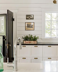 Black_and_white_cottage_kitchen_features