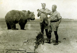 08 Soldiers with Wojtek the Bear