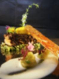filet de saumon en chapelure de vers de farine et d'olives noires, crème de champagne et purée d'ail noir
