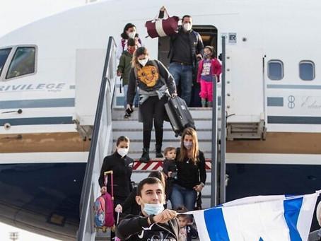 Imigrantes sul-americanos chegam a Israel após 40 dias no limbo