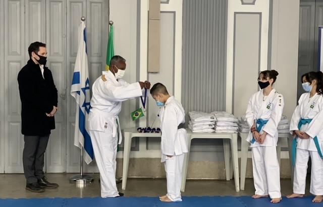 Consulado de Israel doa quimonos a crianças do Projeto Ajudô