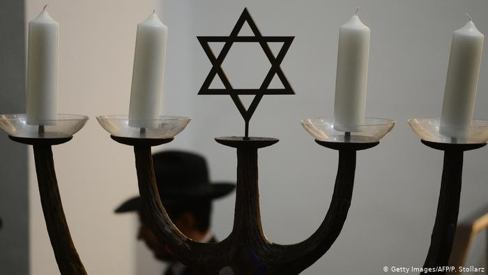 Pesquisa aponta estereótipos antissemitas  na Alemanha e nos EUA