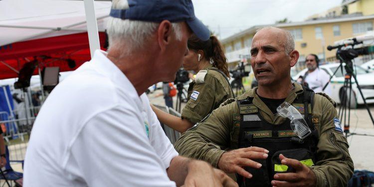 Às vezes choramos', diz o coronel israelense no local do desabamento na Florida