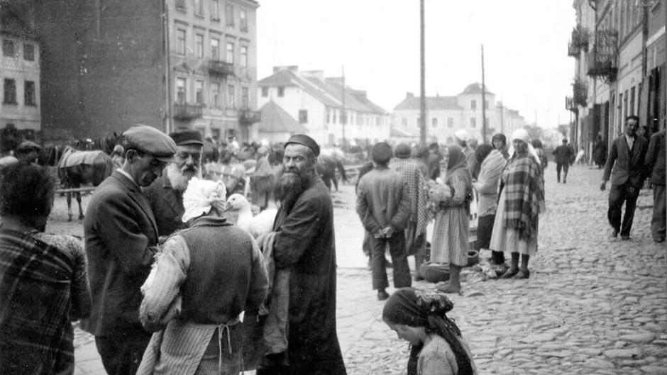 Historiador: a sociedade polonesa evitou sobreviventes judeus que retornavam dos campos nazistas