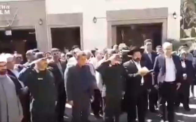 Guardas 'homenageiam' soldados judeus em memorial religioso no Irã