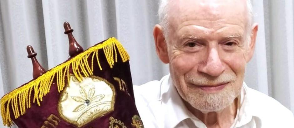 Em busca de ajuda para restaurar o rolo da Torá que sobreviveu ao Holocausto
