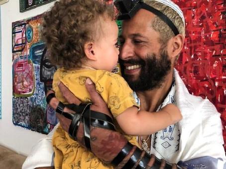 Criado em uma das favelas mais violentas do Rio, ele agora é um artista em ascensão em Israel