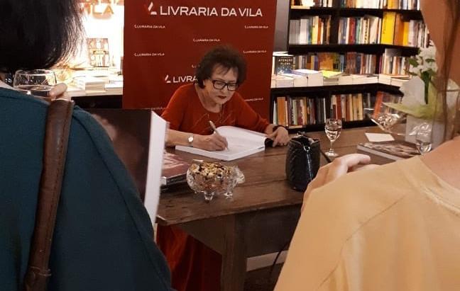 """""""A história de Ruth"""" novo livro da artista Ruth Sprung Tarasantchi"""
