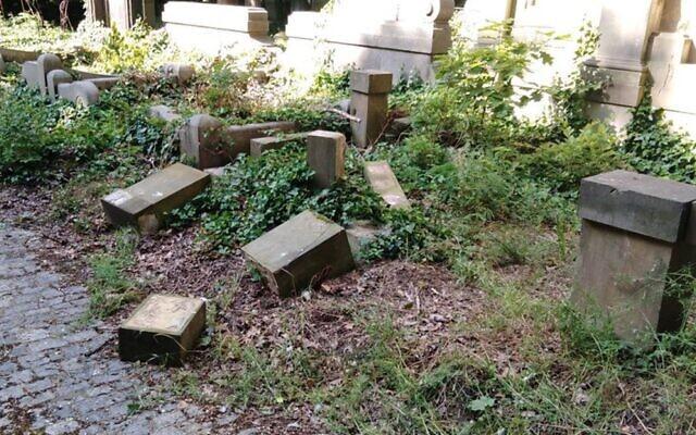 Crianças polonesas destroem dezenas de lápides judias enquanto tentam construir um forte