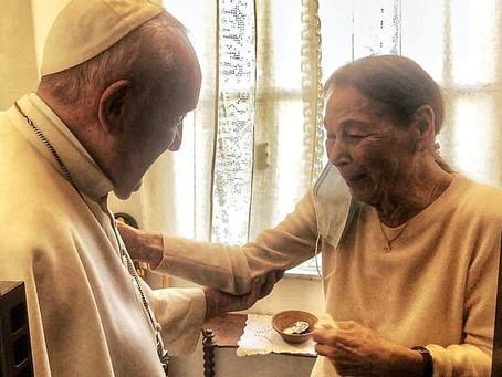 Papa conversa com  a autora e sobrevivente do Holocausto Edith Bruck