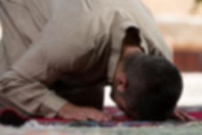 Hombre musulmán que ruega