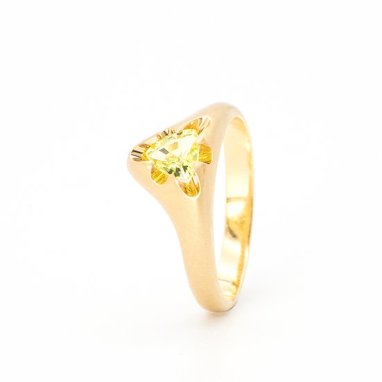 """Victoria"" ring with yellow-green chrysoberyll"