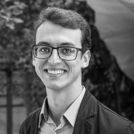 Formado em Administração de Empresas (USP), Guilherme apoia há 5 anos a Rever em projetos de consultoria estratégica em sustentabilidade. Atualmente, é especialista em mensuração de impactos socioeconômicos e ambientais e tem apoiado o desenvolvimento de projetos de relato integrado, materialidade e estratégia de sustentabilidade.